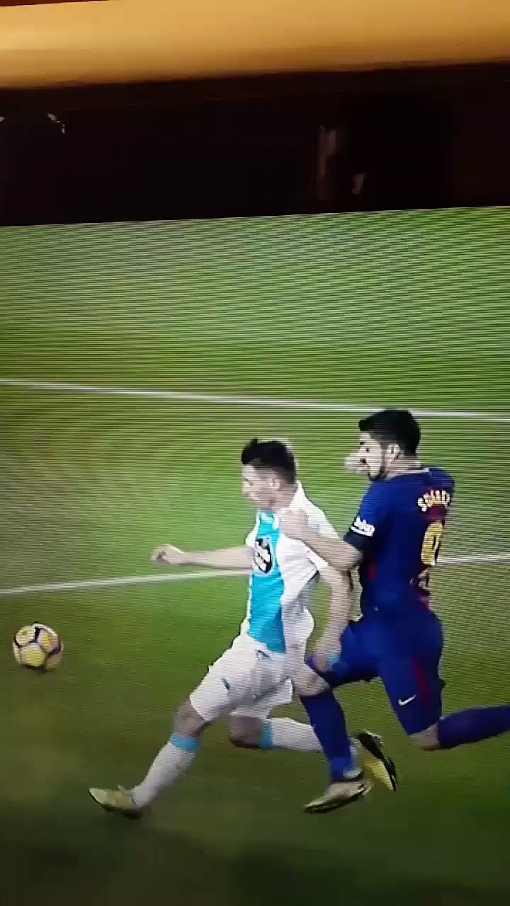 Luís Suárez elbows Schär in the back of the neck vs Deportivo!